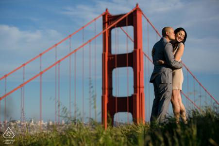 Verlovingsfoto van San Francisco, Californië - Golden Gate Bride Over Looking SF