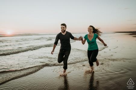 Ile d'Oléron France Couple Running for Fun sur le sable de la plage