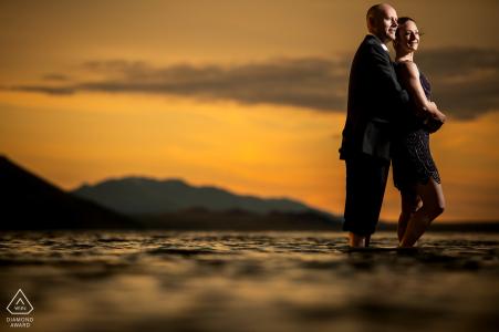 Bonneville Salt Flats coucher de soleil portrait d'un couple pour l'image avant le mariage