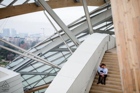 Fondation Louis Vuitton - Bild eines Paares, das in Paris umarmt