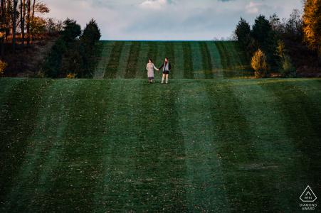 Castle Hill on the Crane Estate - Photo d'un couple marchant dans la cour