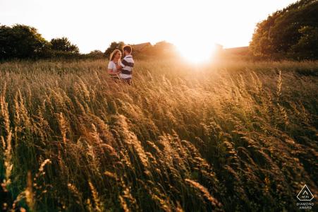 Devil's Dyke, nr Brighton, UK foto di fidanzamento - Immagine romantica di coppia nell'erba alta all'ora d'oro