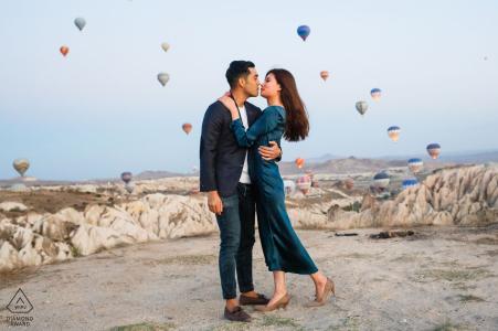 tournage de fiançailles en cappadoce avec le lancement de montgolfières