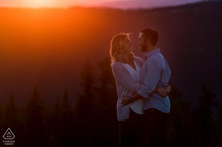 Vail, CO Pareja con resplandor anaranjado del atardecer - Foto de la boda previa