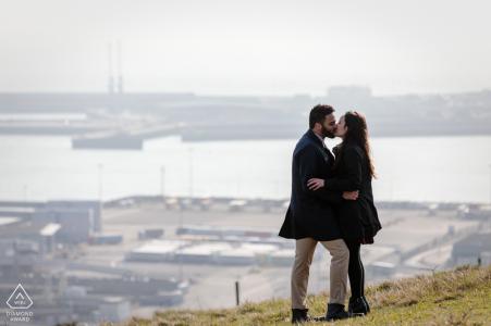 White Cliffs of Dover, Kent, UK foto pre-matrimonio - Una coppia appena fidanzata si abbraccia con il porto in lontananza