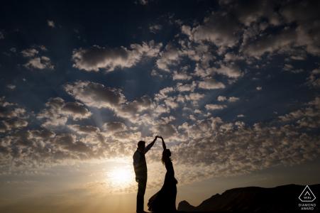 Fossil Rock, Dubai Desert Couple dansant dans le désert sous les nuages et le ciel bleu