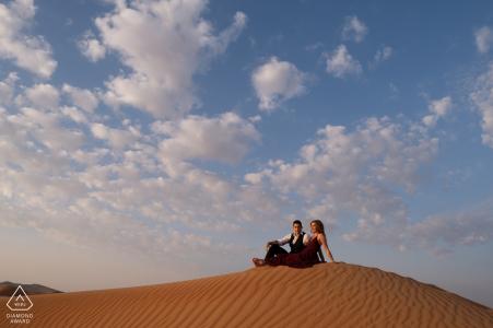 Portraits de couples du désert - Fossil Rock, désert de Dubaï avant le mariage tourné dans le sable