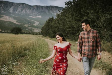 Tournage de fiançailles en Turquie avec un couple qui court sur un chemin de terre - image avant le mariage