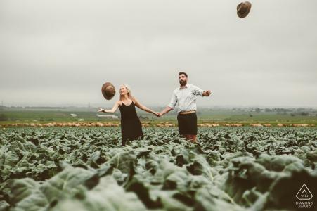Photographe de couples fiancés   Sinksabrug, George - La future mariée a grandi dans cette ferme familiale et nous avons décidé d'utiliser ce fond pour leurs photos de fiançailles amusantes.