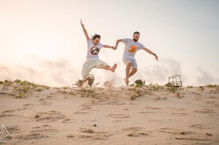 Photographie de couples fiancés   Francês Beach, Alagoas sauts heureux et aimants