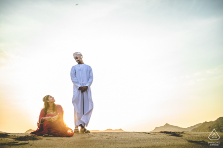 Fotógrafo de parejas comprometidas | pareja moscatel en el sol