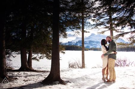 Verlobungsfotografiesitzung im Zwei Jack Lake Banff Nationalpark Alberta Kanada - Snowy Mountain Verlobungsshooting.