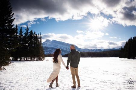 Zwei Jack Lake Banff Nationalpark Alberta Kanada - Ein sonniger, aber windiger Tag für eine Berg-Verlobungssitzung.