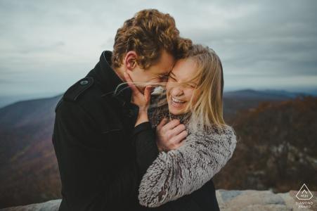Photos de fiançailles   Parc national de Shenandoah - Image joyeuse lors de la séance de fiançailles