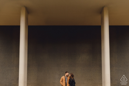 Séance photo de fiançailles de Southbank London - Un homme et une femme debout au centre du cadre