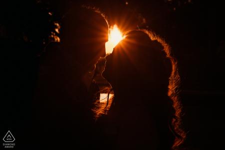 Séances d'engagement | Rome - Italie - villa borghese - un baiser avec un beau coucher de soleil derrière les amoureux de Rome
