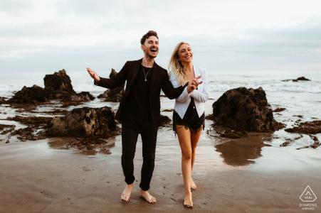 Photos de fiançailles de couple | Leo Carrillo State Beach - Tant d'énergie positive de ce couple heureux