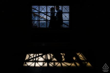 Photos de fiançailles | Budapest Hilton Hotel - couple debout dans une gare