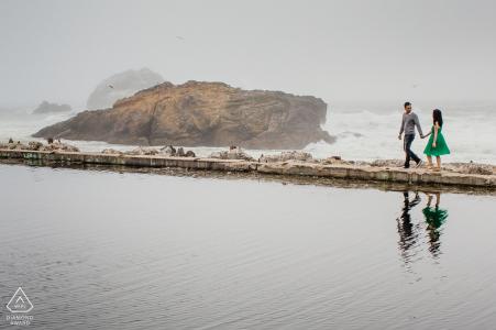 Fotos de compromiso | Amantes en reflejo en el agua