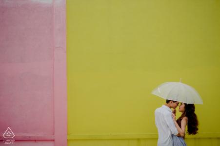 Séances photo de fiançailles | Ho Chi Minh ville - Ils utilisent un parapluie dans un parc où ils ont eu beaucoup de souvenirs ensemble
