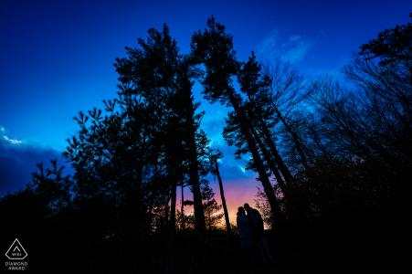 Castle Hill su Crane Estate - Ipswich, Massachusetts Fotografia di fidanzamento | Ritratto di coppia al tramonto tra gli alberi