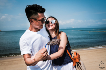 Tung Wan Beach, Hong Kong couple s'amusant entre eux à la plage pendant le chaud début de l'été.