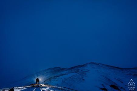 Portrait de fiançailles à Keystone, CO, une session d'hiver au lever du soleil