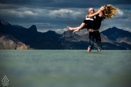 Tournage de fiançailles de Bonneville Salt Flats d'un couple de gaffes dans l'eau