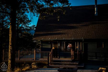 Drake, Colorado, séance de fiançailles d'un couple dans une cabane de montagne