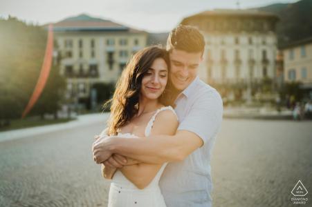 Una pareja abrazada disfruta de una sesión de retratos en el lago de Como, Italia