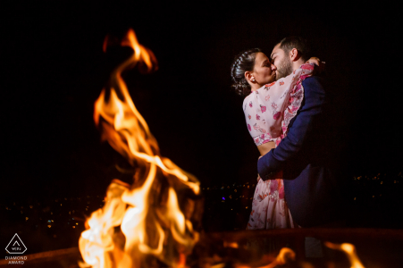 Fethiye, séance de portrait de fiançailles en Turquie à côté d'un feu ouvert la nuit