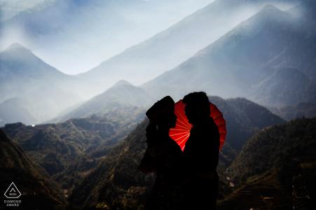 Het portret van de de berg pre-huwelijk van Vietnam met een rode paraplu in Sapa