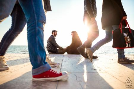 Grado, Italie portrait de couple de fiançailles - Sourires et soleil sur la promenade