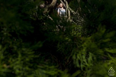 Un baiser ensoleillé d'un couple au Golden Gate Park lors d'une séance de portraits