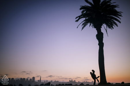 Angle Island, San Francisco photo de fiançailles d'un couple se découpant sur un ciel violet et un palmier