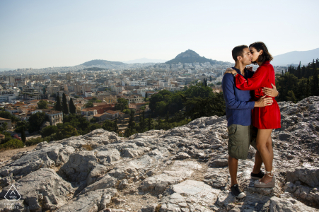 Akropolis Atenas Engagement Shooting con pareja en las rocas con una luz