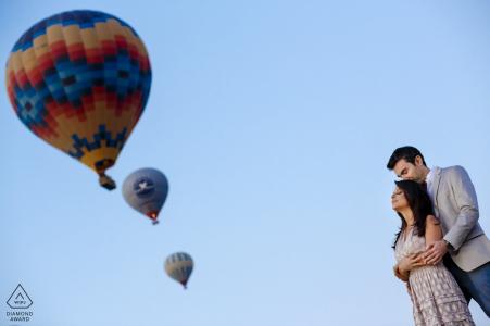 Globos de aire caliente en Capadocia, Turquía, durante una sesión de fotos de compromiso tierno