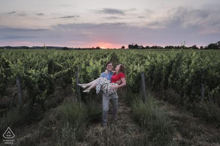 Un couple engagé portrait dans les vignobles de Parnay, France