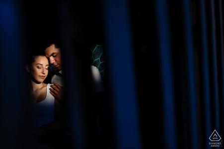 Sofia, Bulgarie Portrait shoot à travers une grille pour une session de fiançailles