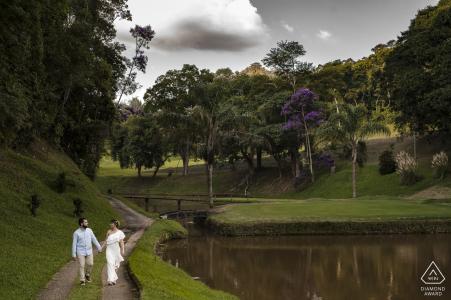 La lumière illumine l'après-midi des fiançailles de ce couple magnifique et aimé au Golf Clube, Teresópolis, Rio de Janeiro, Brésil