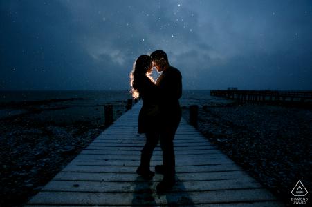 太浩湖早晨极乐肖像会议,一对夫妇在码头上用灯