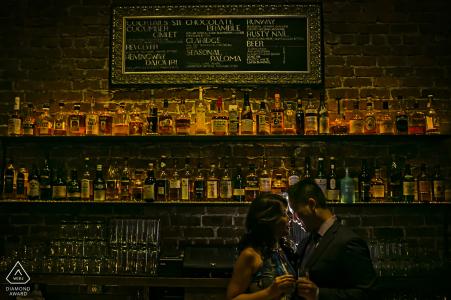 San Francisco, California Sesión de retratos Speak Easy Love en el bar