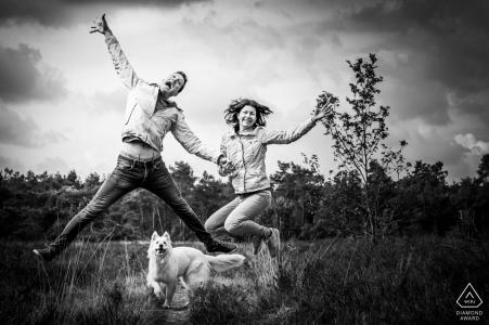 un couple s'amuse et leur chien les regarde à Rucphense Heide à Rucphen