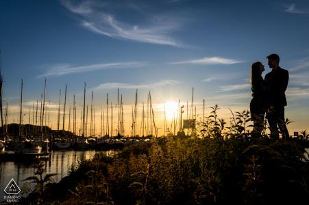 """un couple est debout devant le """"jachthaven de batterij"""" à Willemstad aux Pays-Bas"""