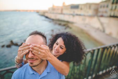La mariée de Syracuse sera lors d'une séance de portrait de couple - fermez les yeux