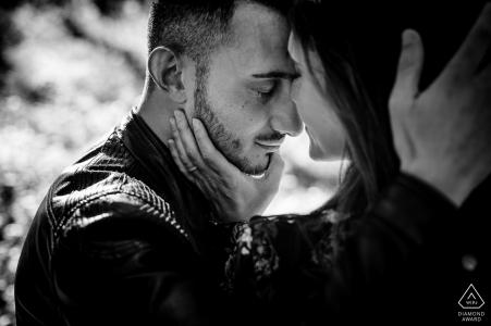 Calabria, (Italia) Retratos de sesiones de compromiso con intimidad en blanco y negro