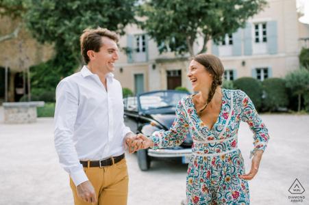Un joli couple devant une vieille voiture d'époque en Provence