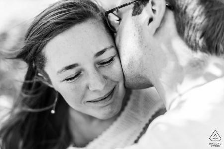 Un Labege France Kiss du marié lors d'une séance de portrait avant le mariage