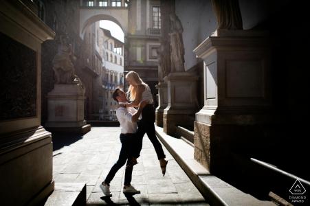 Er lässt sie während eines Nachmittagsporträts in Loggia dei Lanzi in Florenz fliegen