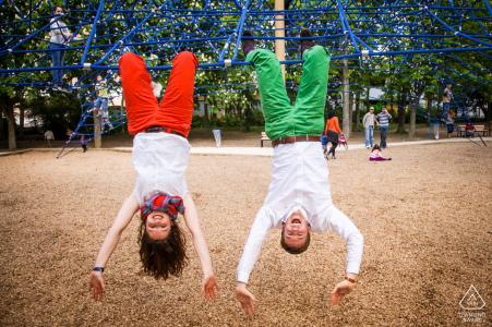 Una pareja está jugando en el parque infantil durante una sesión de retratos en el jardín japonés de Toulouse